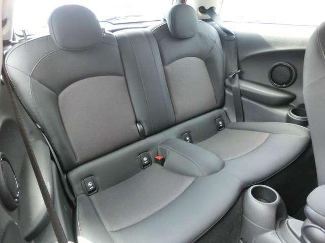 乗り込んでしまえば、意外の広いリアシート ヘッドクリアランスを確保する為に、座面に奥行きが有り下がっています。