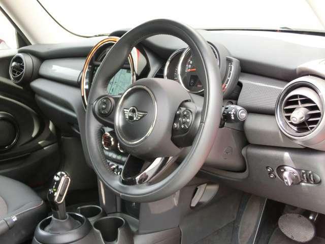 スピードメーターと一緒に上下に調整できるステアリングは前後方向へも調節可能で、ドライビングポジションを自分好みに思いのままに変更できます。