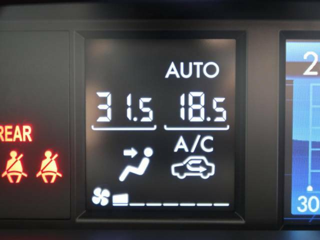 【左右独立型フルオートエアコン】運転席と助手席でそれぞれお好みの温度に設定可能。同乗者にも配慮した、最適な空調をお届け致します。