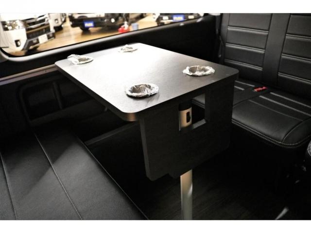 サイドテーブルは足を伸ばしてお使いいただくこともできます★