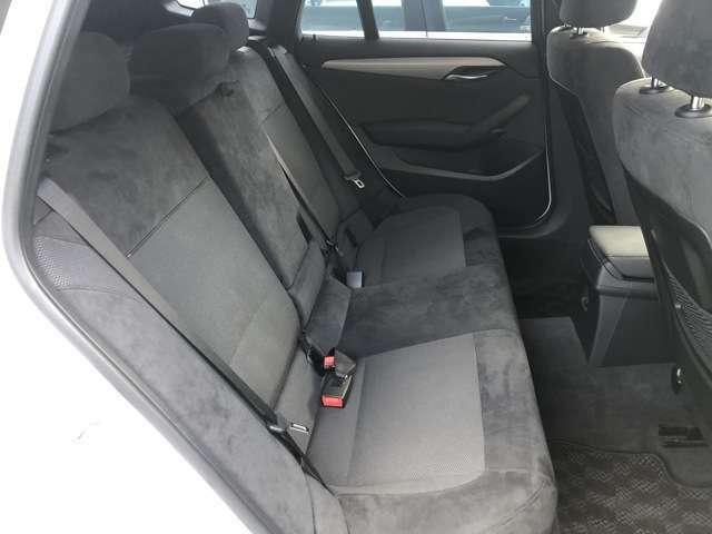 X1は後席の足元が広いので後席の方もゆったりのることが出来ます。