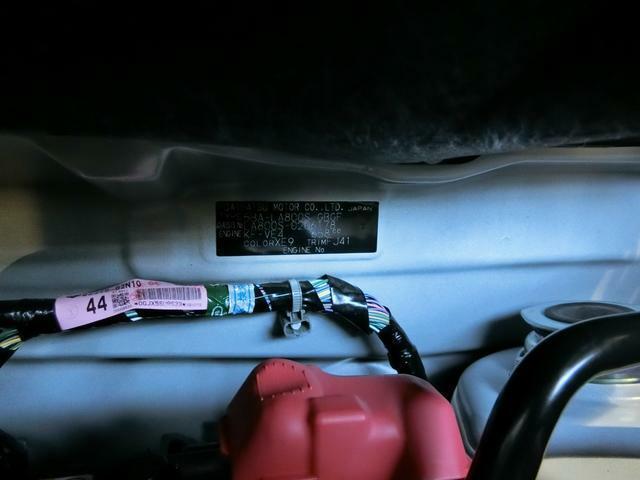 コーションプレートです。型式、車体番号、エンジン型式、排気量、カラーコードの記載があります。