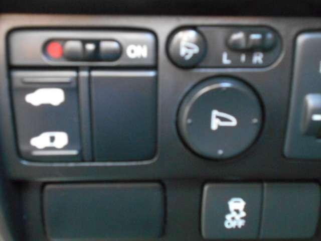 パイロット専用、運転席右側にある便利な自動ドアスイッチ!楽しい外の世界へのドアを開くのは、パイロットの役目です!いざっ!!