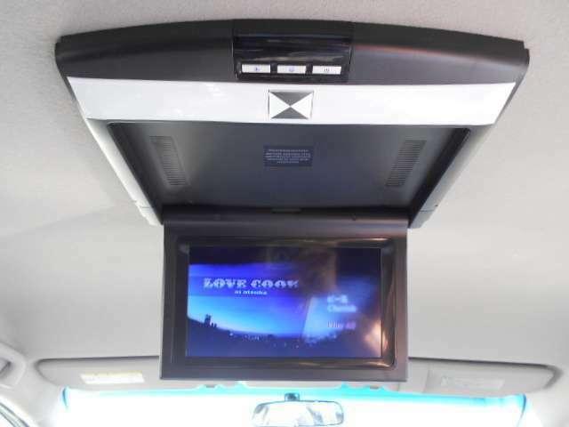 フリップダウンモニター付です。ドライブ中もTVやDVDが見れる為、お子様ではアニメや映画、仲間同士では遊びに行く前のサーフィンやスノボーのイメトレ等が出来ます。必見です。