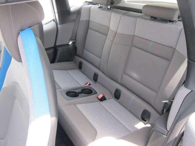 広々とした後部座席は、乗り降りしやすく同乗者の負担を軽くしてくれます。