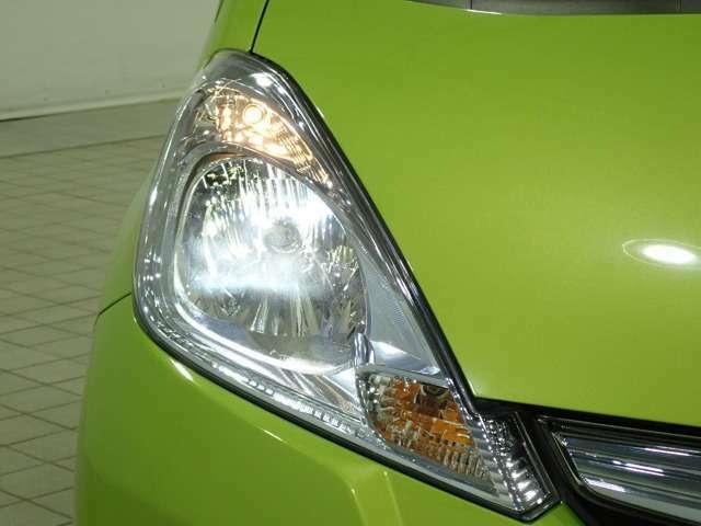 ディスチャージドランプ(HIDヘッドライト)付き!蛍光灯のような青白色光の明るいヘッドライトです!消費電力が少なく、夜間のドライブに明るい視界を提供致します!