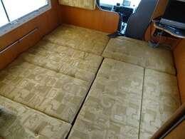 対面ダイネットはベッド展開可能です☆ ベッド寸法 190×180センチ☆ 大人の方が3名就寝いただけます☆