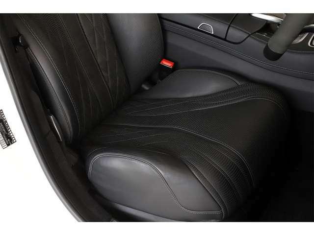 随所に上質なナッパレザーを使用し、ダッシュボードをはじめ、ドアトリム、ダイヤモンド・ステッチが施された AMG スポーツシート やセンターコンソールにAMG ロゴ等AMG専用インテリアとなっております。