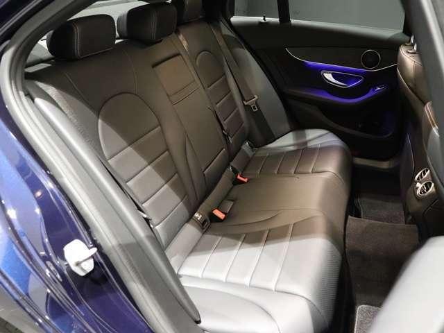 【後部座席もゆったり快適な乗り心地】広く快適な後席。足元に十分な空間を確保することで、乗り降りのしやすさと長距離移動時の高い快適性を実現しています。