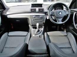室内はブラックを基調にアルミトリムで加飾されたスポーティーな内装。BMWは1シリーズから7シリーズまで乗員のスペースはほぼ同じに設定されコンパクトサイズでも適切な車内スペースが確保されています