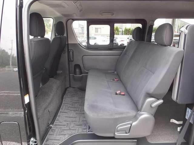 セカンドシートはリクライニング機能も付いており、リラックスした状態でのセカンドシート乗車も可能です。