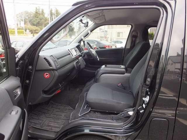 運転席と助手席間のウォークスルーを実現。運転席側のドアを開けられない場合などに、助手席側のドアから乗り降りすることができます。