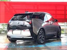 BMWのサブブランドとして位置づけられたBMW・iによるシティコミューターで、大都市圏向け電動駆動の車として専用設計された4人乗りモデルです。