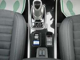 セレクトレバー(ジョイスティックタイプ)。走行中でも、停車中でもエンジンの発電でバッテリーを充電可能。