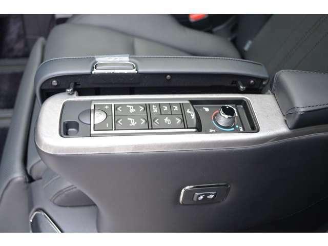■2列目もシートの角度調整等が電動ででき、シートヒーターやシートベンチレーションも装備されております。さらにエグゼクティブ専用テーブルやコンセント類やリアモニター用のHDMIソケットも装備されております。