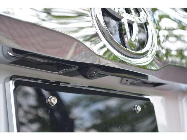 ■バックカメラだけでなく、全方位カメラが装備されておりますので、駐車時に車を上から見下ろしたような映像を表示することができ、安全に駐車をすることができます。