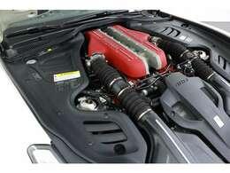 """その源流を「エンツォ・フェラーリ」にたどることができる、バンク角65度の""""ティーポF140""""6.3リッターV12自然吸気エンジン。出力は690ps/8000rpmで、エンジン回転数は8250rpm。"""