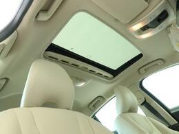 ◆ガラススライディングルーフ『ルーフ前面に広がるガラス面は解放感に溢れ、車内を更に広々とした空間に演出します。チルト・スライドオープン機能を備え、便利にお使いいただけます。』