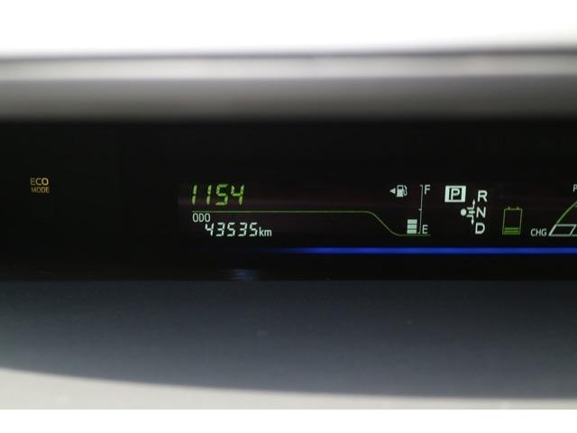 運転中の視線移動が少ないセンターメーターが採用されております。