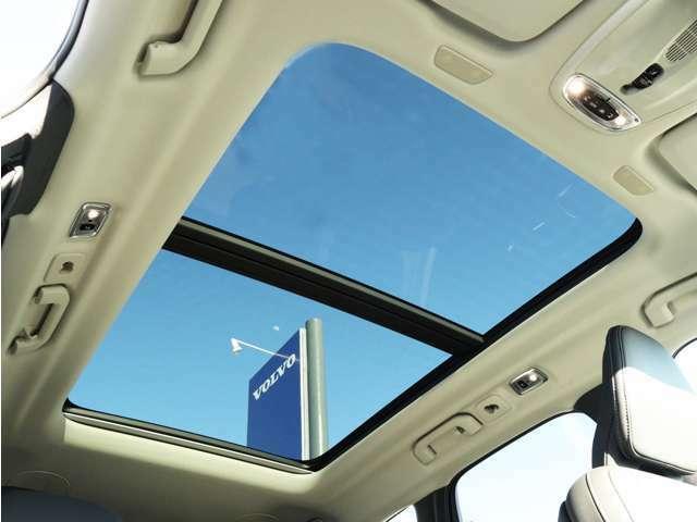 屋根一面まるごととも言える特大サイズのパノラマ・ガラス・サンルーフ。晴天時はもちろん、雨天・曇天時にもシェードを開けることで常に開放的な車内空間を実現させてくれます。