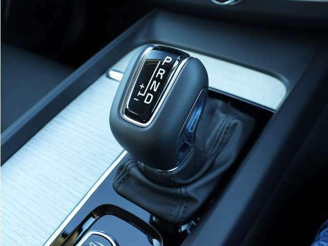 加減速を自在に操ることが可能なマニュアルモード付8速AT。状況に応じてパワートレーンの特性を変更できるドライブモード・セッティングと併せ、意のままの走りをお楽しみください。