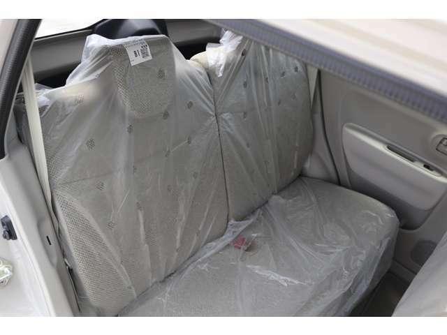 後席には足元から温風を送るリアヒーターダクトを搭載しました。