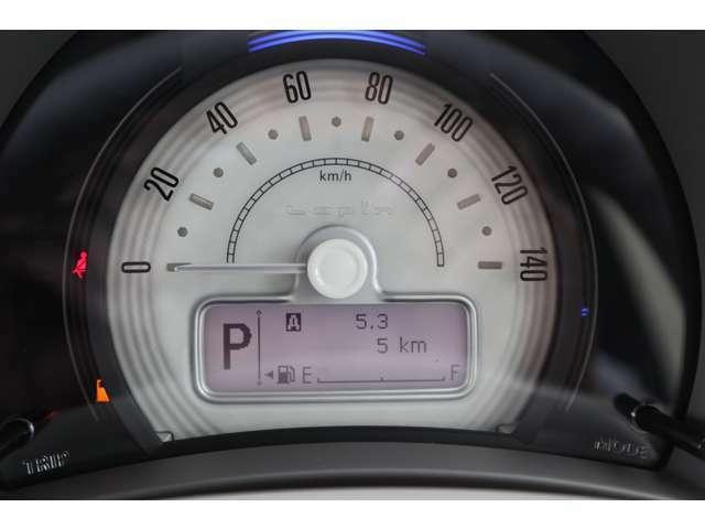 メーター上部にはステータスインフォメーションランプを搭載。ランプの色で運転状況を知れるので、エコドライブの目安になります。