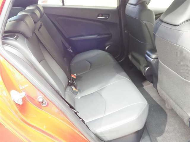 大人もゆったり座れるセカンドシート。乗車定員5人乗り。