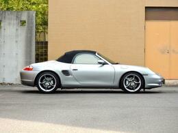 車高がノーマルより10mm低め、ロードホールディングと横剛性をアップ
