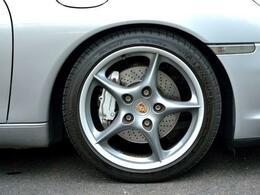 ブレーキも強化され、ノーマルより径を拡大したドリルド・ホールディスクを装着
