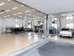 サービス工場が併設しております。納車前のお車のケア、ご購入後のアフターサービスも当店にお任せください!