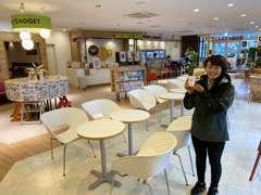 店舗内には常設のフリードリンクバー&カフェスペースを完備!ブックコーナーもあり、一般のお客様でもお気軽にご利用可能です!