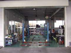 サービス工場です。修理や車検のご相談も受け付けております。