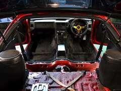 内装は前後のシートを取り外し殺菌洗浄仕上げをいたしております。是非現車をご覧ください。
