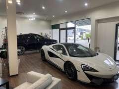 車両展示スペースとゆったり寛げる商談スペースがございます。