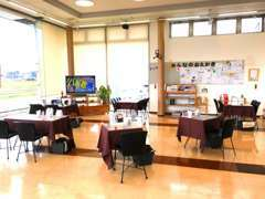 広々としたショールームは女性のお客様がお一人でも来店・おくつろぎいただけるようにcafeを展開しています。