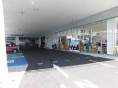 店舗奥にはサービス工場完備で、車検点検、修理を行います。