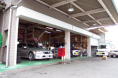 工場完備ですので、メンテナンスもご安心下さい。安全・安心が一番と、お客様の大切なお車を整備させて頂いております。