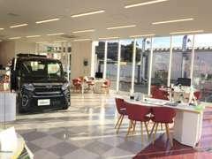 広く落ち着いた雰囲気の店内で店頭にない車もさっと検索!