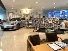 カフェをイメージした明るい店内でゆっくりお車選びができます♪