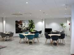 2階はお客様との商談スペースとなります。キッズコーナーも完備