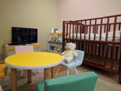 小さなお子様の為の空間も完備。ベビーベットもございます。