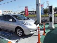 EV(電気自動車)用の急速充電器を設置しています。