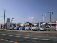 大型展示場で沢山のお車からお気に入りの1台を探すことが出来ます。
