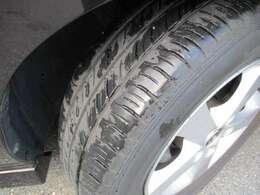 タイヤの溝も残っております。タイヤサイズは195/65/R15です。
