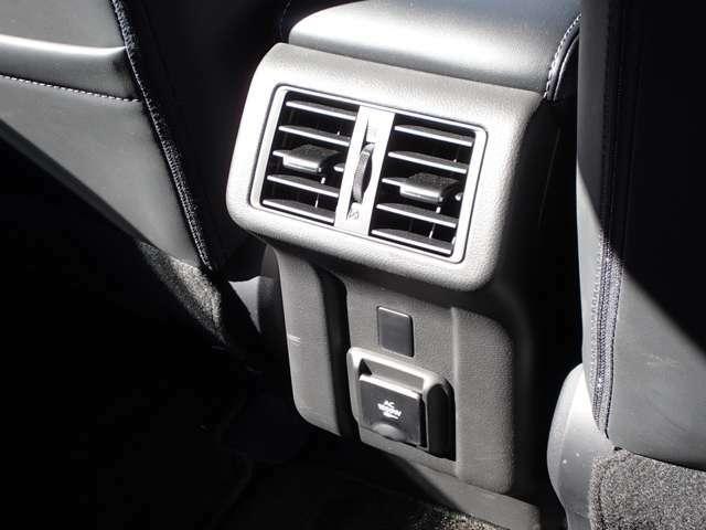 後席エアコン吹き出し口 足元にはAC電源も備わっています。
