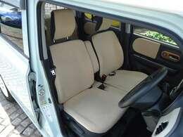 厚みがあって、座り心地の良いソファのようなベンチシートです。運転席も助手席もリラックスしてゆったりと座れます。