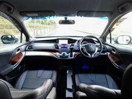 黒革調シートが装着された車内は、カッコイイ!HDDナビや地デジTV・DVD・走行中可・アラビュー/バック・サイド・フロントカメラなどドライブ機能も満載☆7人乗りでこのサイズは、本当に便利!試乗も可能!