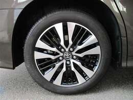 タイヤサイズ235/50R18、タイヤ残り溝約5mmのスタイリッシュな印象を与える純正アルミホイールです。
