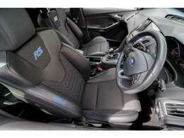 レカロ製スポーツシート装備車。硬めのクッションが用いられているもの長距離が苦にならないサポートと座り心地の良さが確保されています。